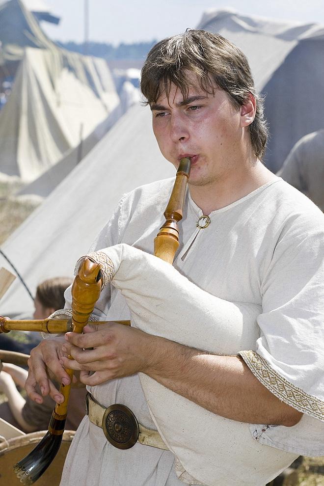 Музыкант играет на волынке