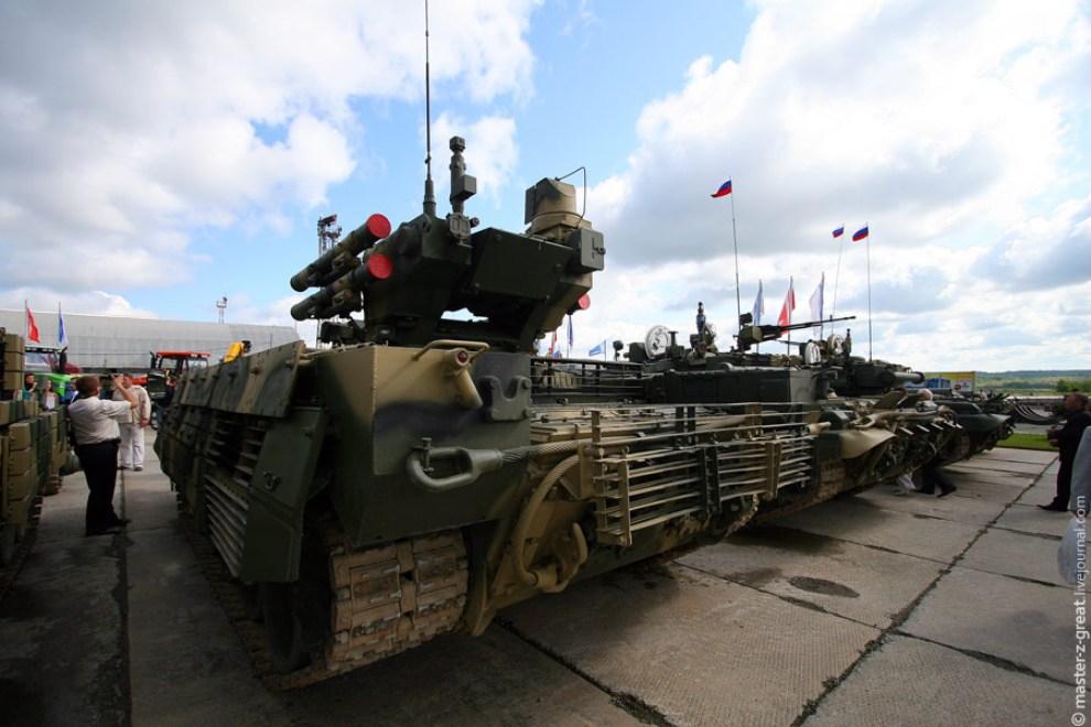 25) БМПТ (Боевая Машина Поддержки Танков). Мощная штука, стреляющая по трем целям сразу: по живой силе с пулеметов, по крупным целям ракетами до 6 км и по воздуху из крупнокалиберных зениток.