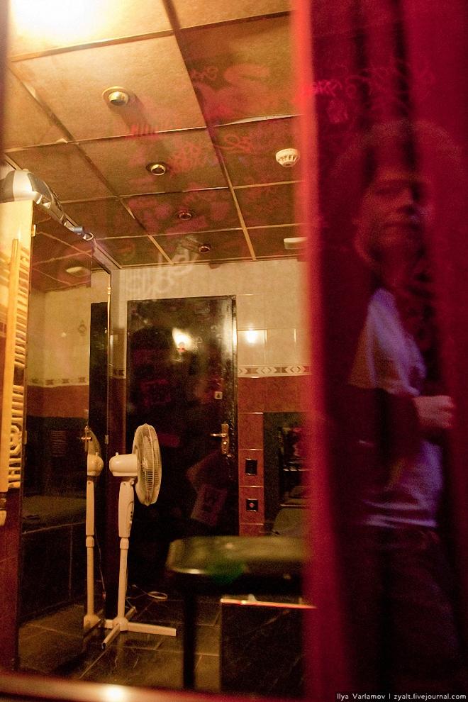 19) А это интерьер одной из комнат. Справа - отражение автора фотографий.