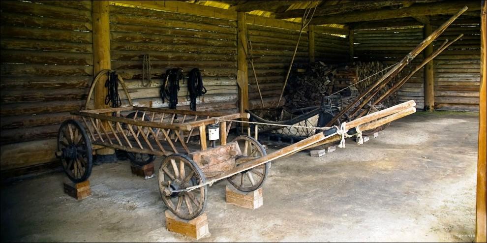 26) Земледелие - основное занятие и источник жизни сибирских крестьян. Коллекция орудий земледелия XIX - начала XX вв. насчитывает 300 предметов для обработки почвы, посева, ухода за посевами, уборки урожая.