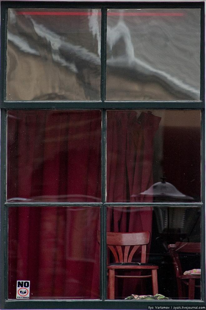 20) Женщина прячется от фотографа за шторку.