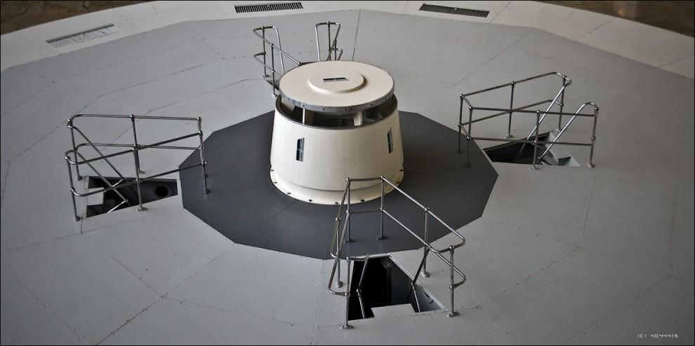 25) Вал гидротурбины верхним фланцем крепится непосредственно к центральной части ротора генератора, установленного сверху.