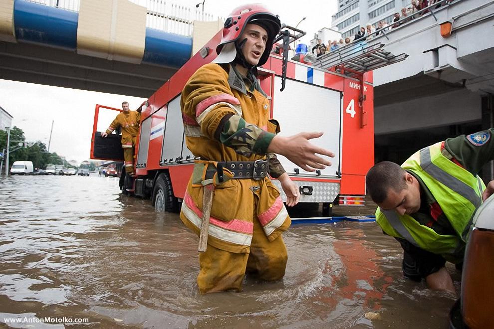 """27) Как сообщили агентству в одном из магазинов  торговой сети """"Рублевский"""", что расположен на пр. Победителй 1, он  полностью залит водой, посетители из магазина эвакуированы, товар частично испорчен водой. Для откачки воды вызвано подразделение МЧС."""