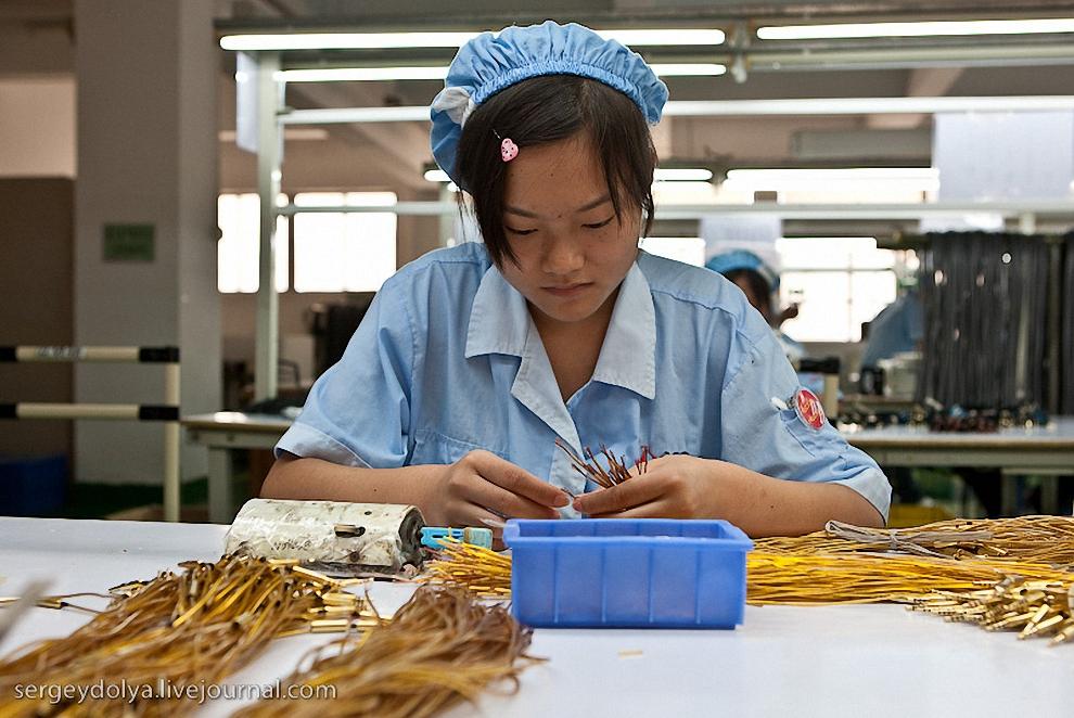 28) Работница соединяет провода к наушникам.