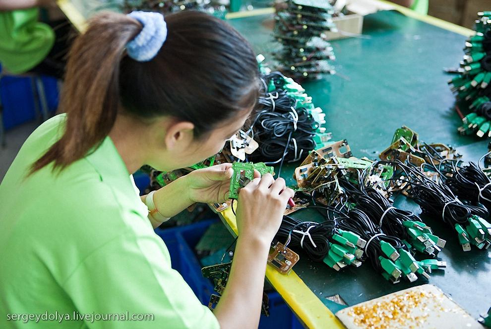 Владелица рассказала, что платит рабочим по 10000 рублей в месяц, при том, что минимальная зарплата в Китае составляет 6 000 рублей в месяц. Многие другие фабрики, на которых мы были в следующие дни, платят рабочим минималку.