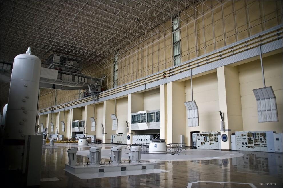 26) Общая масса каждого генератора в сборе - 1860 тонн. Максимальная монтажная - 890 тонн. Но даже 890 тонн - не под силу монтажным кранам машзала станции, каждый из которых имеет лимит 500 тонн. Поэтому при демонтаже/монтаже генератора используются оба крана в связке.