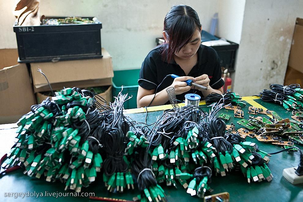 Рабочий день длится 10 часов. За переработки хозяева вынуждены выплачивать зарплату в двойном размере. За последние 10 лет зарплата в Китае выросла в 10 раз.