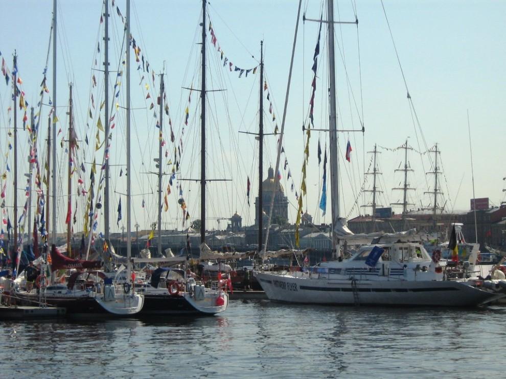 30) На набережной находится более 100 парусных судов.