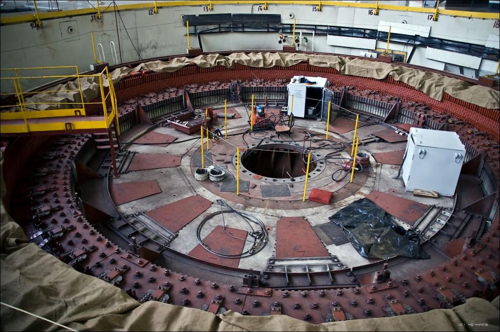 27) Ремонтируемый генератор гидроагрегата №6 вблизи.