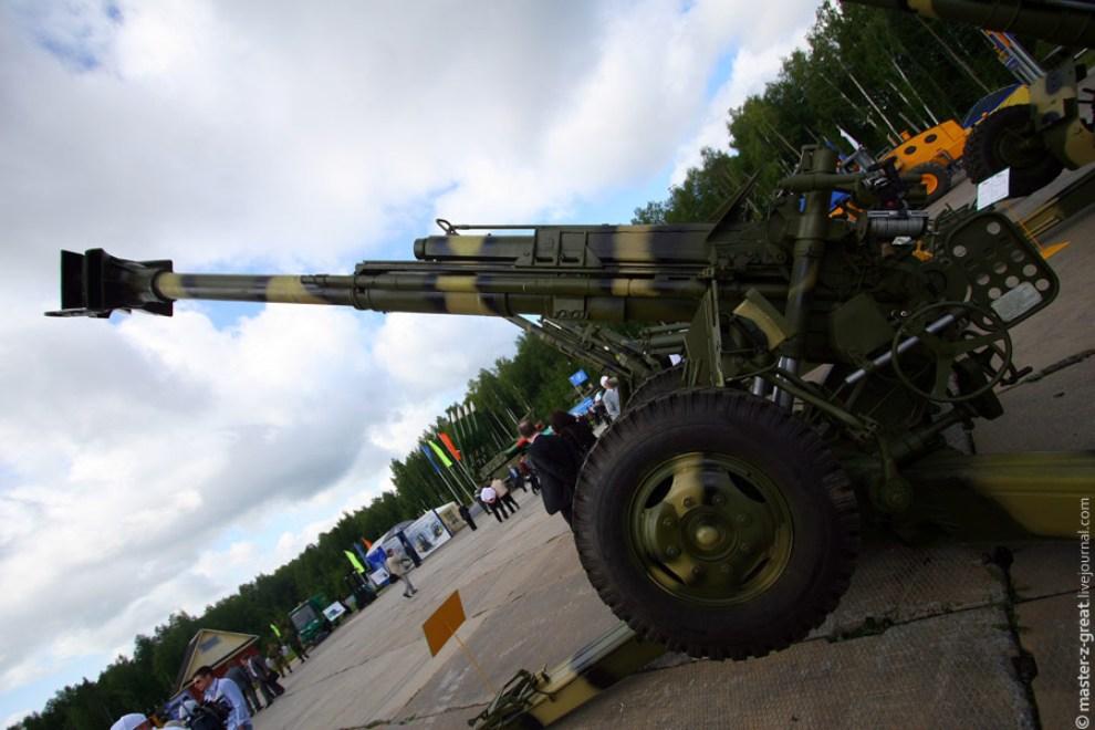 30) Так же на плацу присутствовали современные артиллерийские установки.