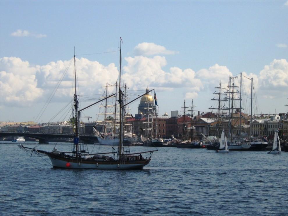 31) Юный Балтиец был построен в 1988 году в Санкт-Петербурге в качестве тренировочного судна для Парусного Клуба Юнга. Шхуна является первым парусно-моторным судном, построенным в России с 1913 года на государственному заказу.