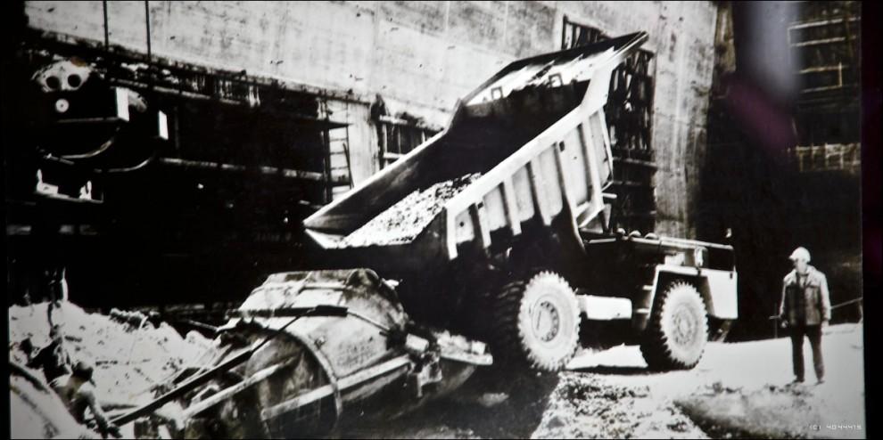 3) Год за годом стройка становилась все более «комсомольской», и все более всероссийской. Летом 1979 г. в возведении крупнейшей ГЭС принимали участие студенческие строительные отряды общей численностью 1700 человек, в 1980 г. – более 1300 человек со всех концов страны. К этому времени на строительстве сформировались уже 69 собственных комсомольско-молодежных коллективов, 15 из них – именные.