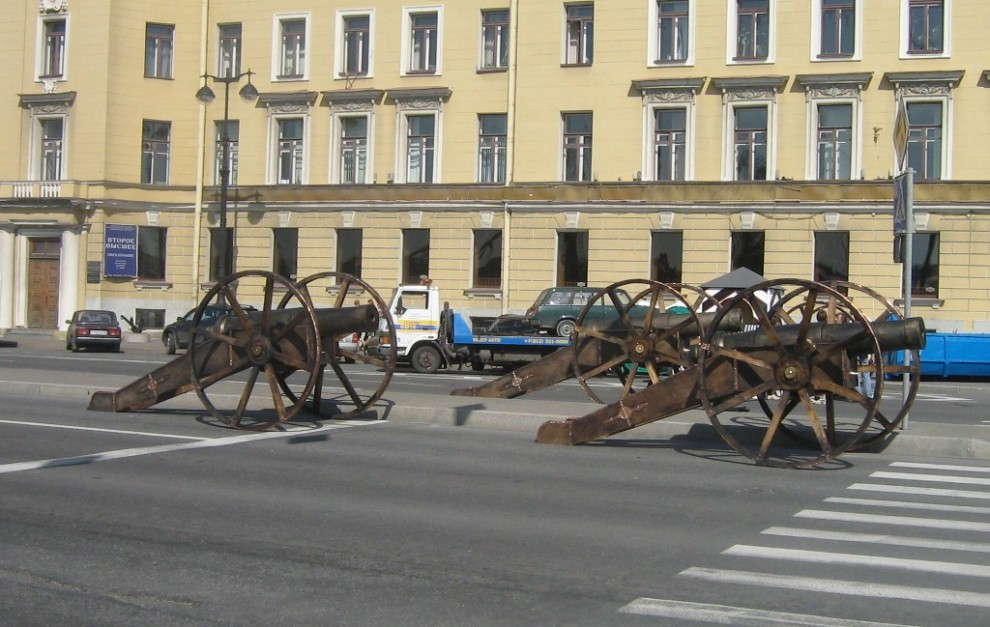 32) Загадочного назначения пушки стоят на дороге.