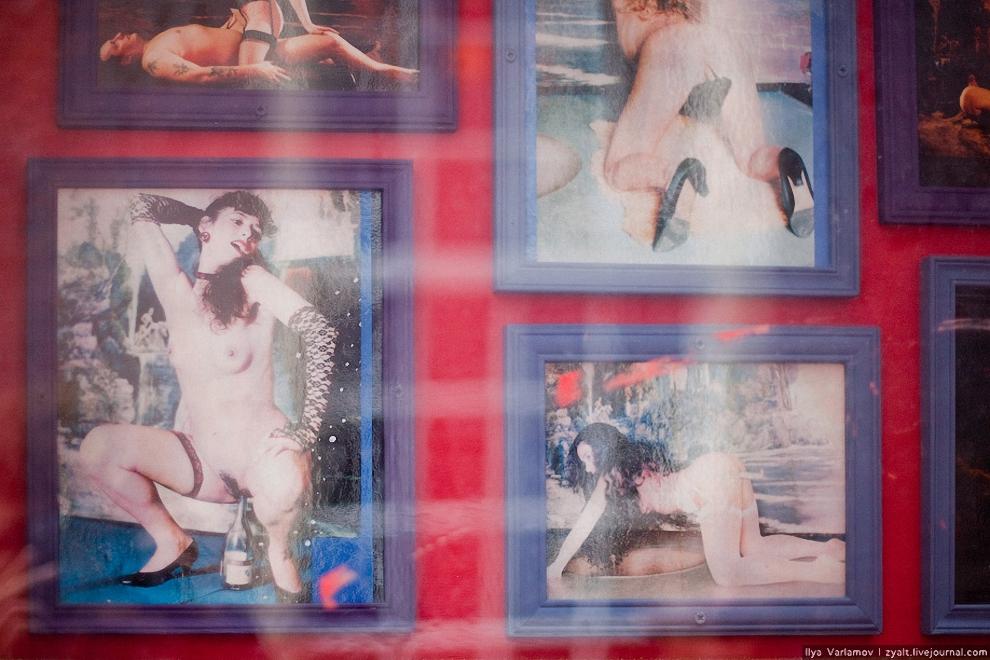 25) Реклама секс-шоу висит в рамочках на улице.