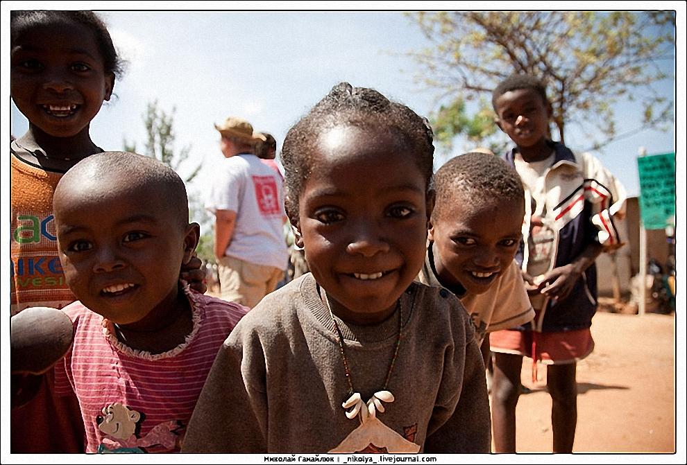 3) Сразу при входе на рынок тебя окружают дети, берут тебя под руку и уже не хотят отпускать.