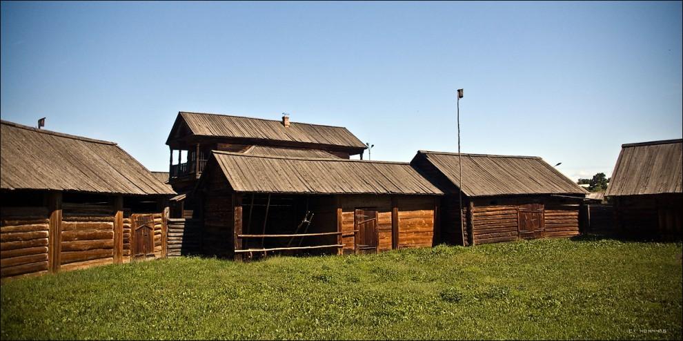 3) Внутренний дворик усадьбы с хозяйственными пристройками.