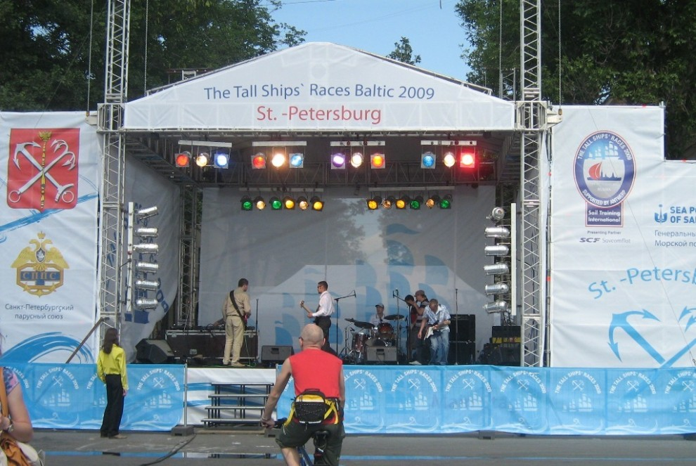 33) На сцене разминалась рок-группа.