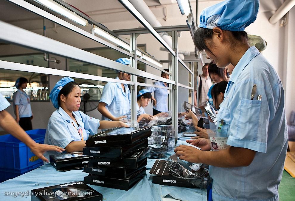 33) Работники, не отвлекаясь, выполняют свою работу по сборке.