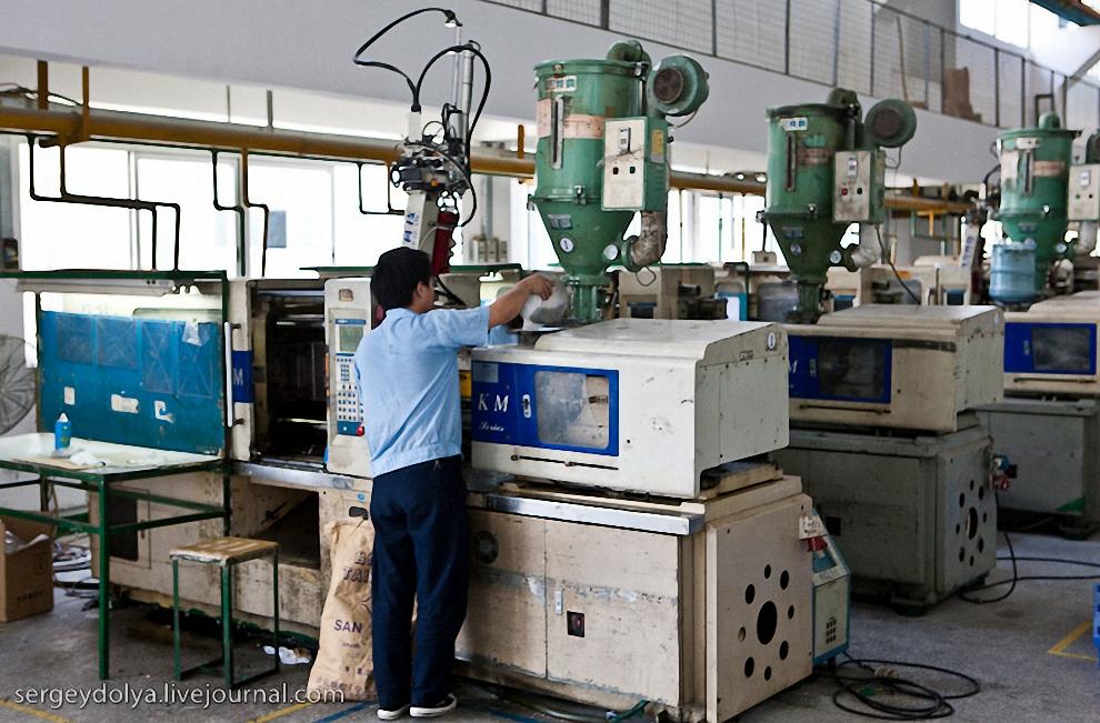 35) ще в одном здании нам показали машины для производства пластиковых деталей.