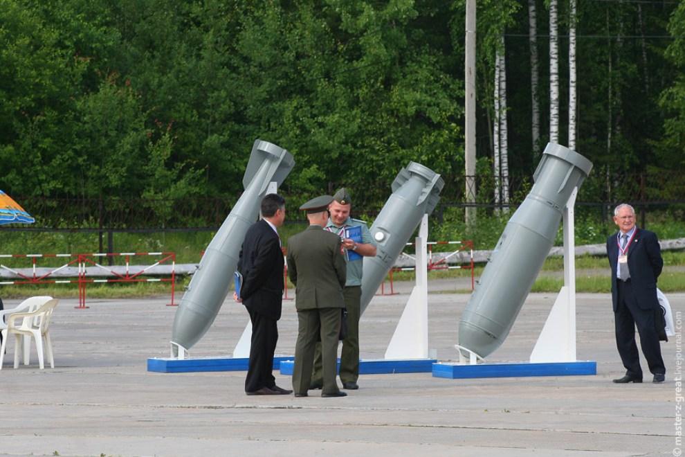35) Бомбы. Чуть позже такие же будут сброшены на полигон с бомбардировщиков СУ-24.