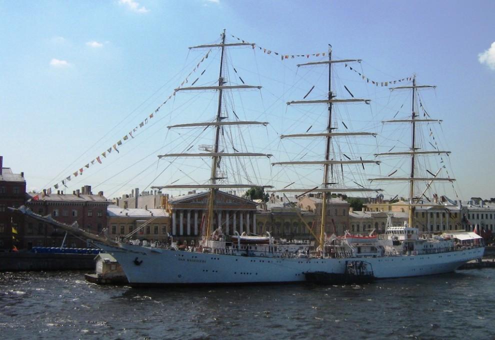 36) «Dar Młodzieży» («Дар Молодежи») - польский трёхмачтовый учебный парусник (фрегат), наследник легендарных парусников «Lwow» («Львов») и «Dar Pomorza» («Дар Поморья»).