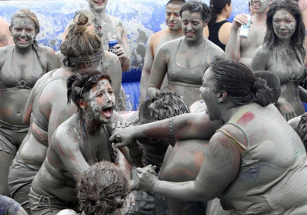 10) Фестиваль грязи или глины в Порёне - это уникальный пляжный фестиваль для любителей лечебной грязи и пляжного отдыха. (REUTERS/Yang Young-Seok/Yonhap)