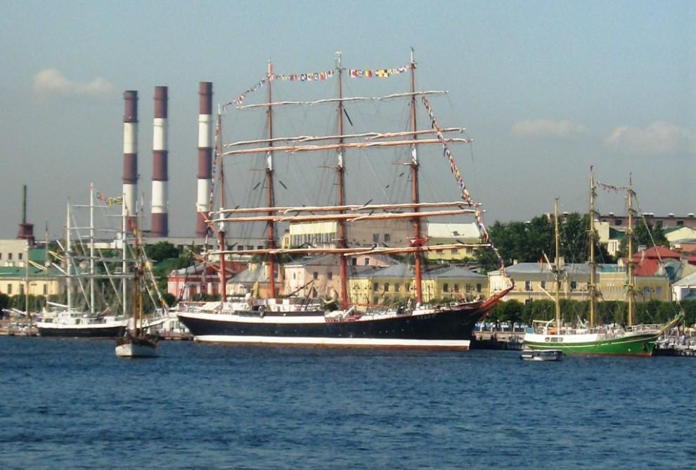 37) И опять Седов: В качестве учебного судна он позволяе брать на борт от 110 до 120 курсантов из морских учебных заведения Мурманска, Санкт-Петербурга и Архангельска.