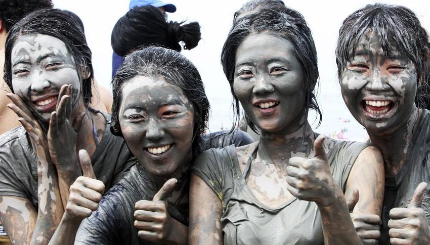 7) Порёнская грязь, которую можно увидеть повсюду вдоль пляжа, с давних времен известна богатым содержанием полезных веществ и минералов, которые способствуют быстрому заживлению ран. (REUTERS/Yang Young-Seok/Yonhap)