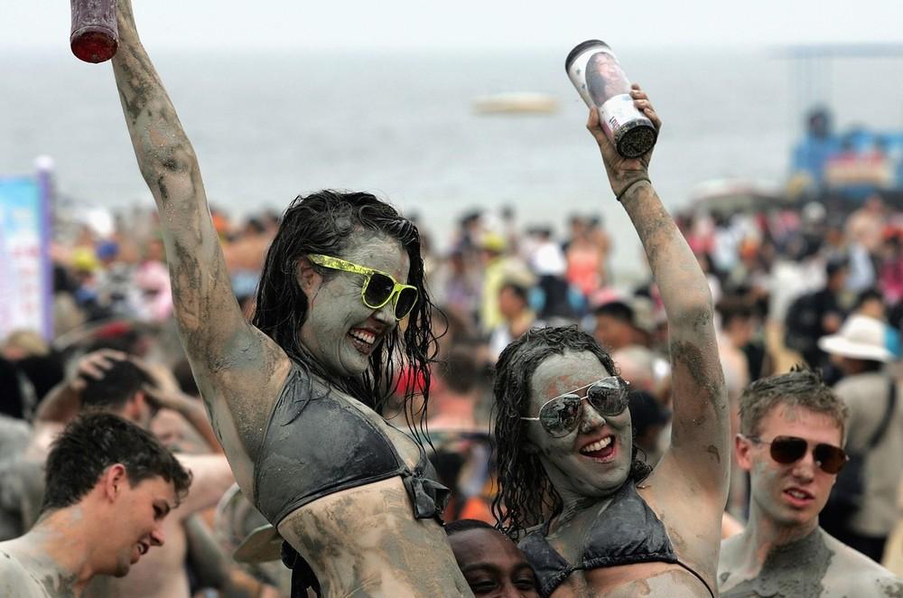 6) Каждый год на Порёнский фестиваль грязи приезжают около 80 тысяч иностранных туристов. (Chung Sung-Jun/Getty Images)