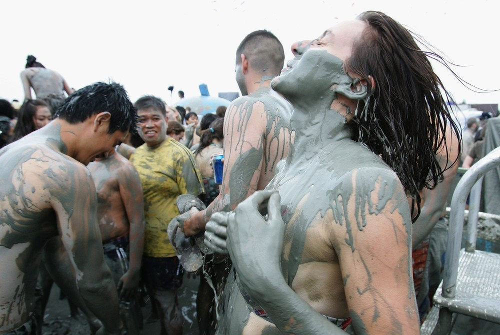 5) Порёнский фестиваль морской грязи стал первым корейским фестивалем, который будет проводиться за границей. В конце июля фестиваль порёнской грязи откроется в Китае на пляже Чжинши в городе Далянь и будет длиться 50 дней. (Chung Sung-Jun/Getty Images)