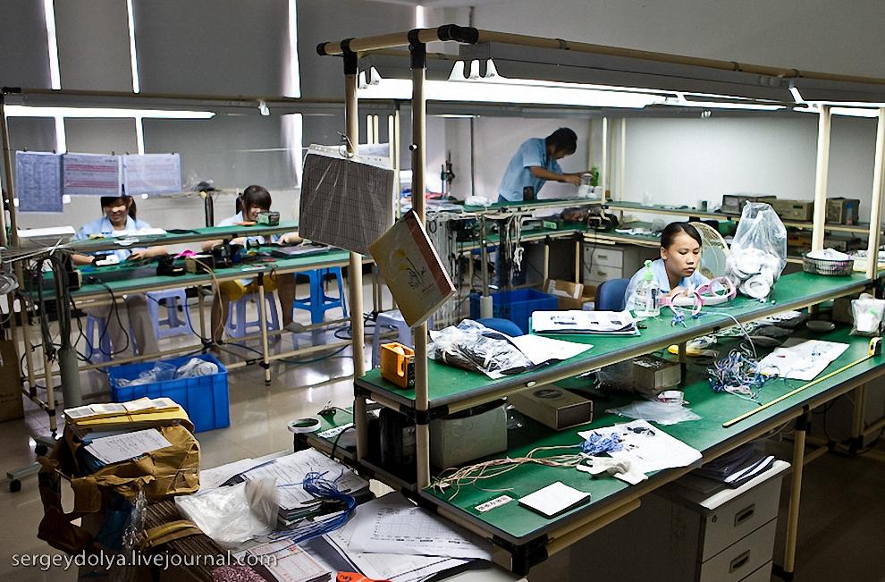 37) Нам также показали лабораторию, где делают экспериментальные образцы наушников.