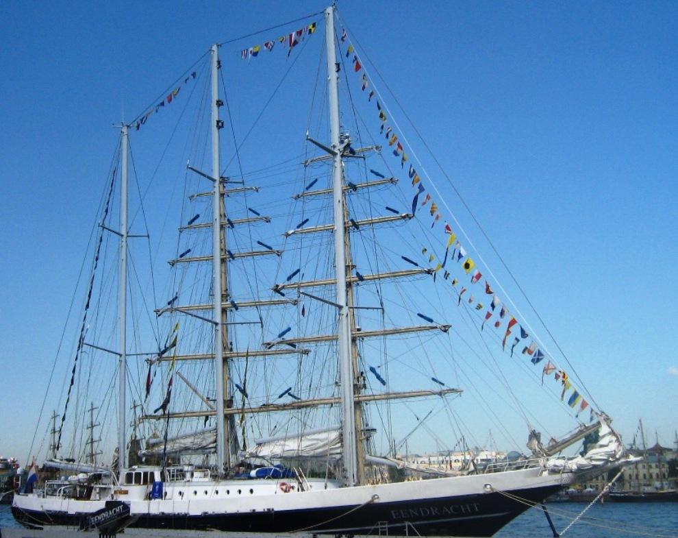 39) Судно «Eendracht» является собственностью Голландского Фонда и Национального общества `Het Zeilend Zeeschip`, которое проводит занятия для молодежи и взрослых людей, включающие активное обучение плаванию под парусом. Данные организации помогают развитию и сохранению морских традиций голландцев, которые давно слывут нацией мореплавателей.