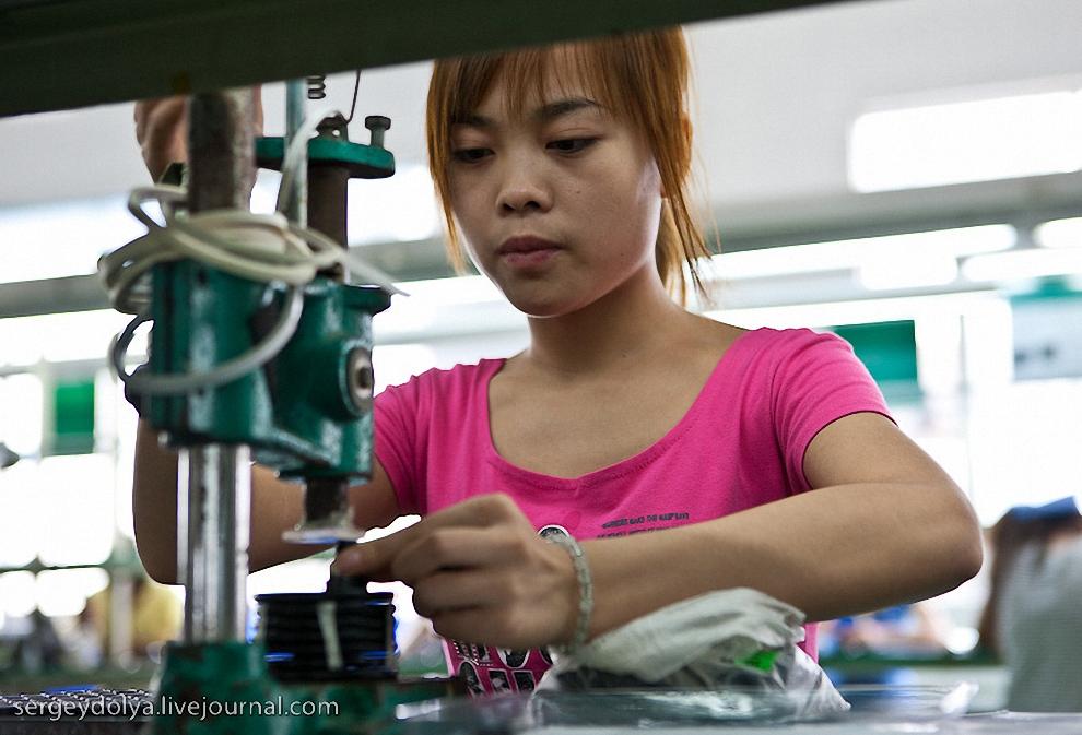 Работа девушек довольно опасная - можно остаться без пальцев.
