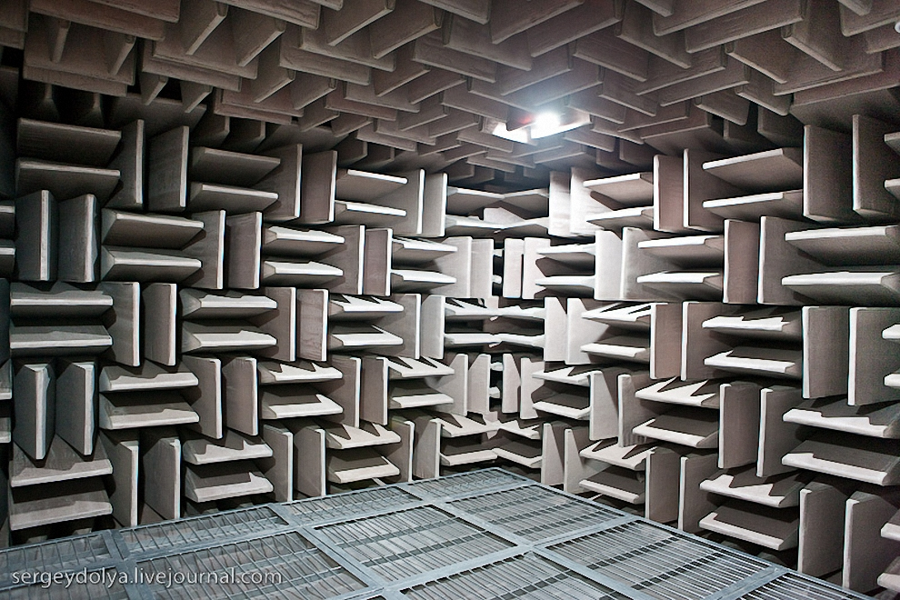 40) А в подвале здания оборудована настоящая звуконепроницаемая комната.