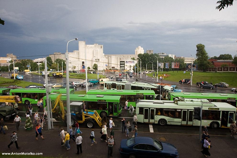 39) Скопление транспорта возле затопленных улиц: возле Музкомедии, проспект Держинского