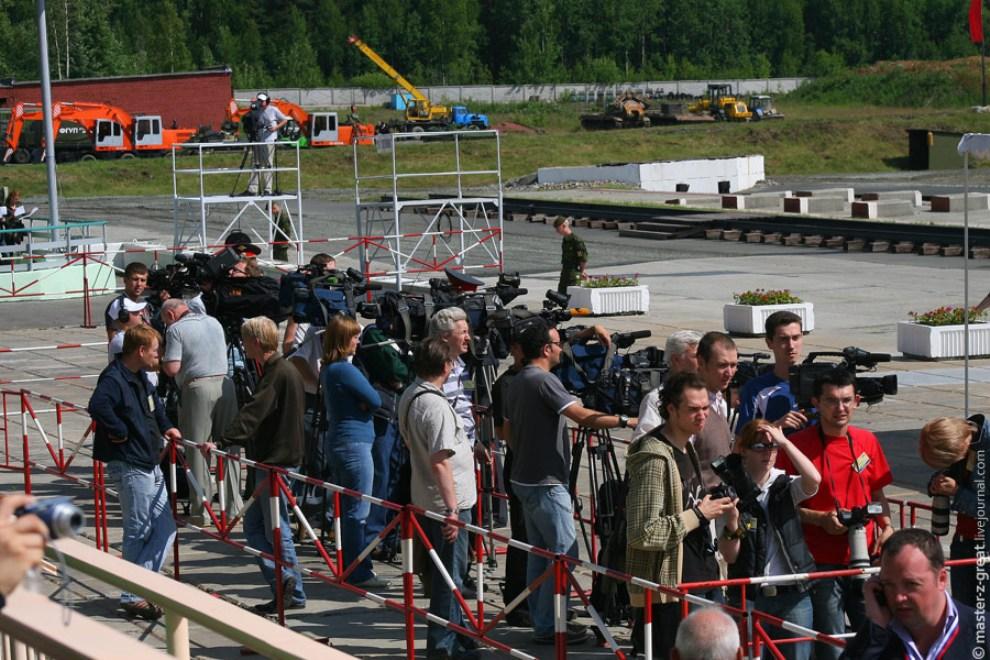 41) Большинство фото и видео репортеров согнаны в уютный вольер.