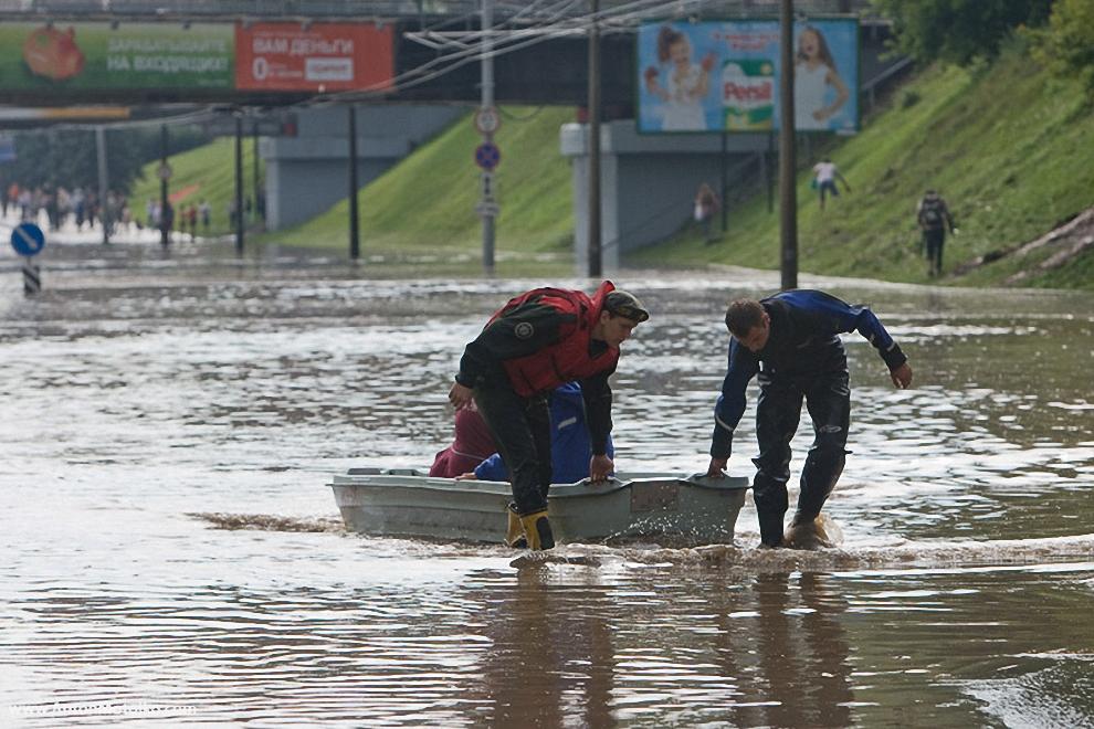 40) На следующий день жители вместо машин сели за лодки.