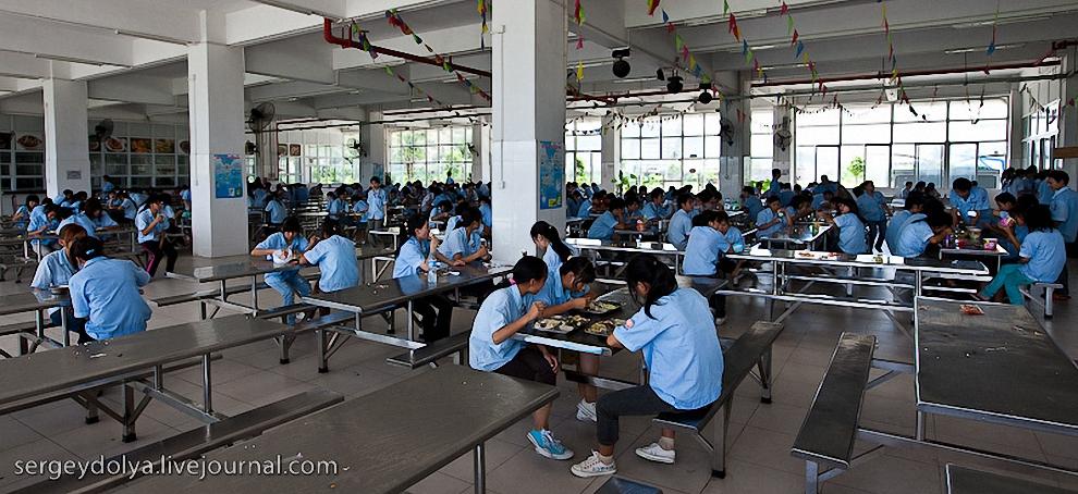 42) Работники обедают во время перерыва в местной столовой.