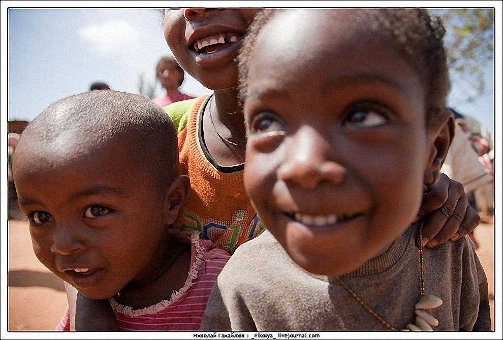 4) Бывает так, что за левую руку тебя берет один ребенок, за правую другой, и вот так ты и идешь в окружении детей. Многие дети надеются, что их усыновят, заберут в свою страну.
