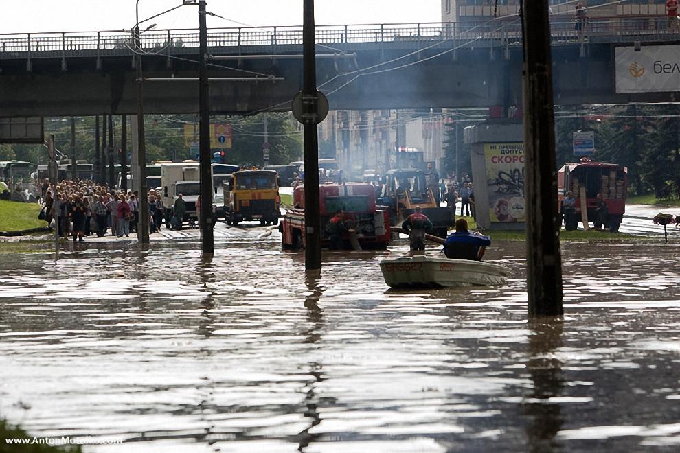41) Люди, лодки, машины, службы МЧС.
