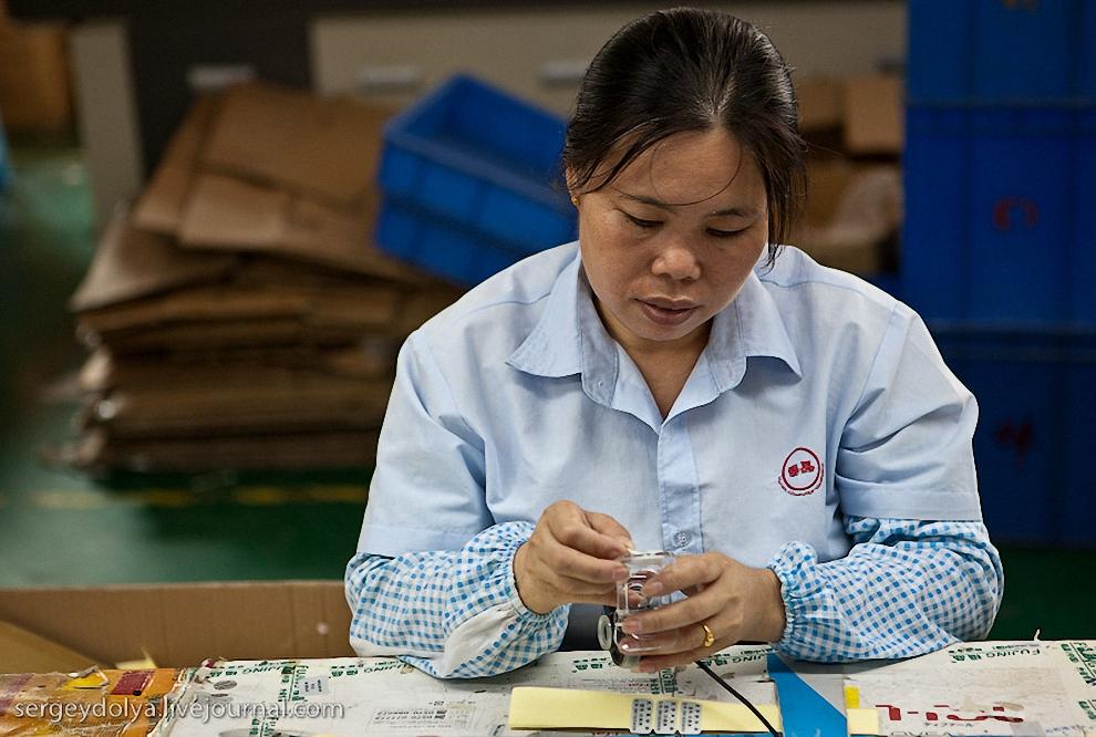 45) Следующий завод - предприятие по производству mp3 плееров. При переписке эти предприниматели приписали себе 27% китайского рынка mp3. Они также обещали показать нам производство mp4, mp5 и mp6 плееров.