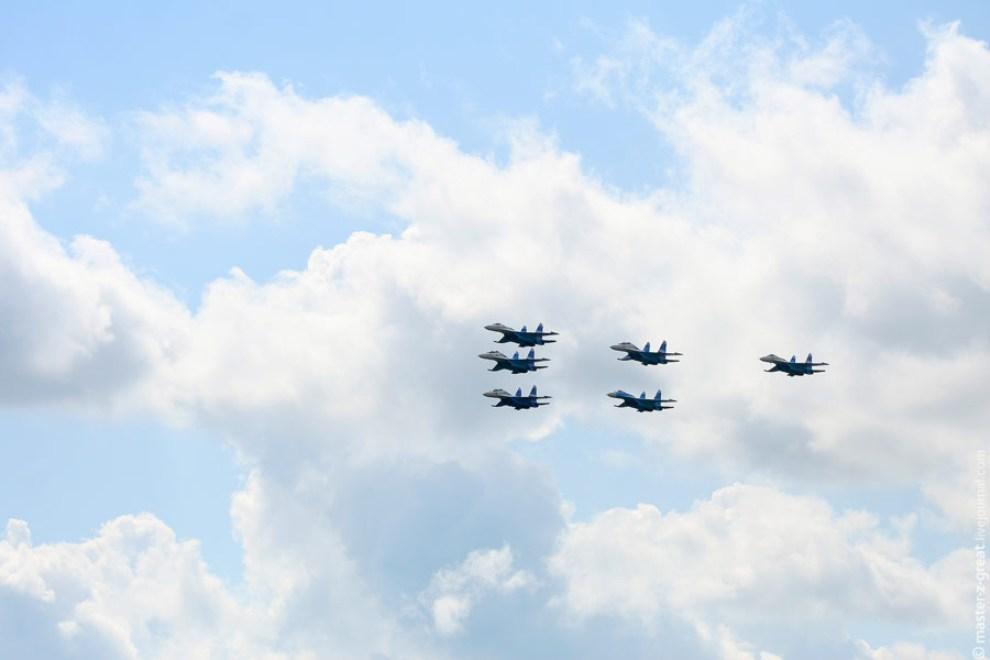 47) В небе над полигоном появляется звено истребителей СУ-27.