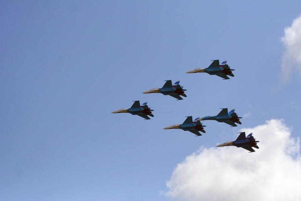 48) На предельно низкой высоте 200 метров они проходят перед трибунами.