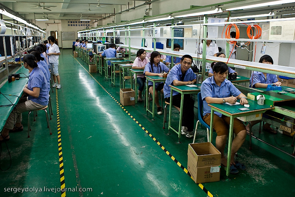 50) На следующем заводе нам удалось застать рабочих. В большей массе своей они просто сидели за столами и ничего не делали.