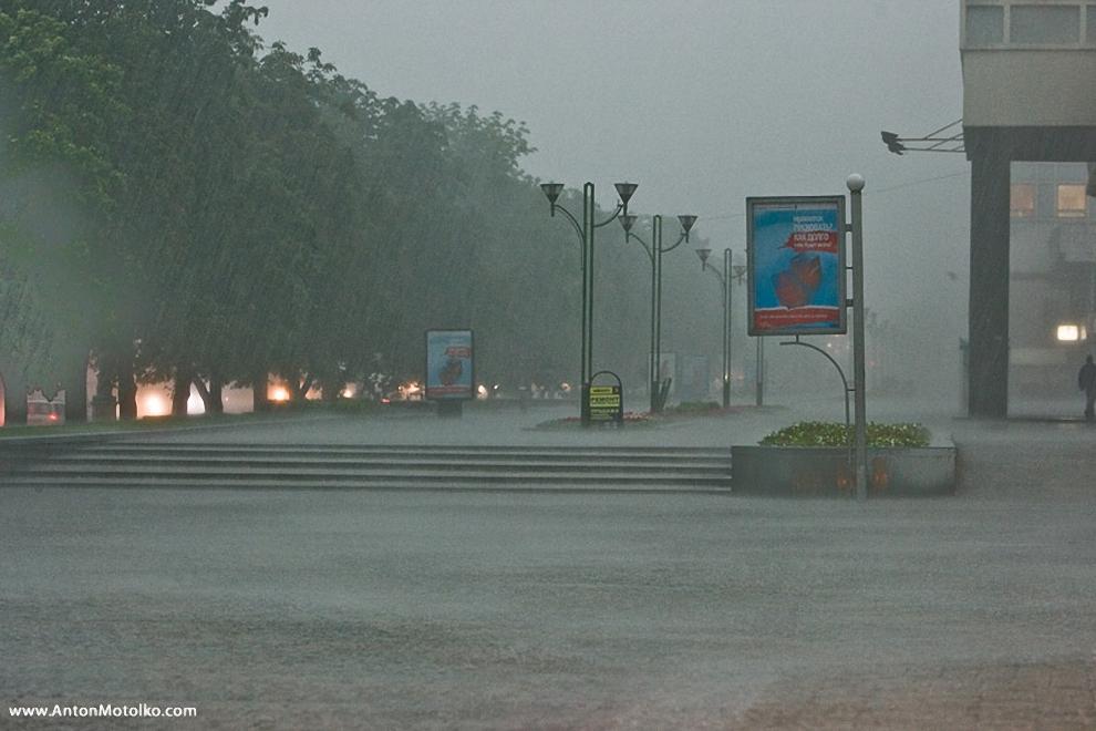 4) И вот начался дождь.