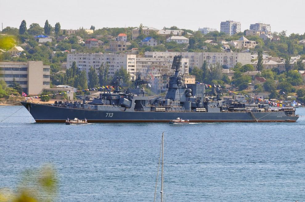 """5) Командующий Черноморским флотом приветствует моряков с БПК """"Керчь"""". Они в ответ дают пару залпов."""