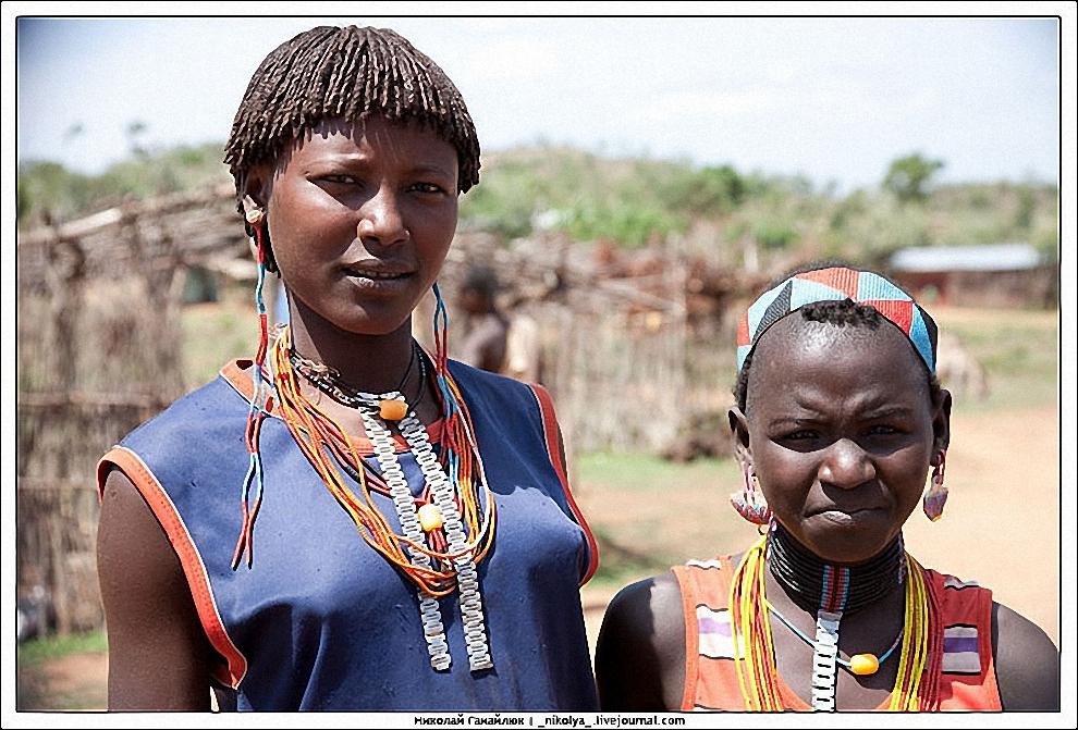 5) На рынке множество людей пытается что-то продать или обменять. Племена приносят продукты своих полей. Также рынок это возможность узнать последние новости, а также отметить удачный день выпив крепкой медовухи.