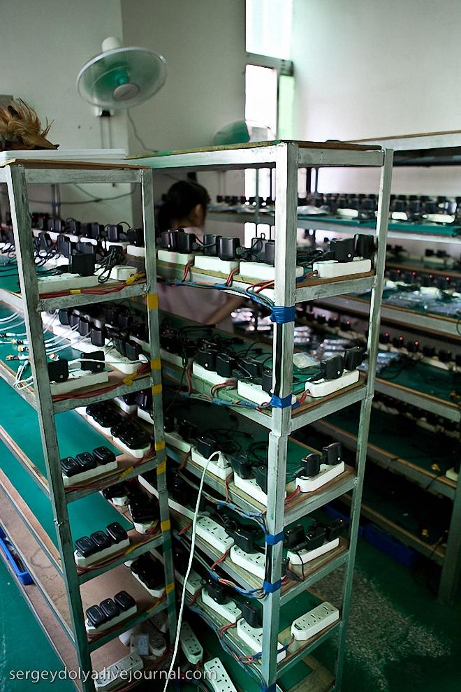 53) Комната, где все собранные mp3 плееры заряжают перед тем, как упаковать в коробки.