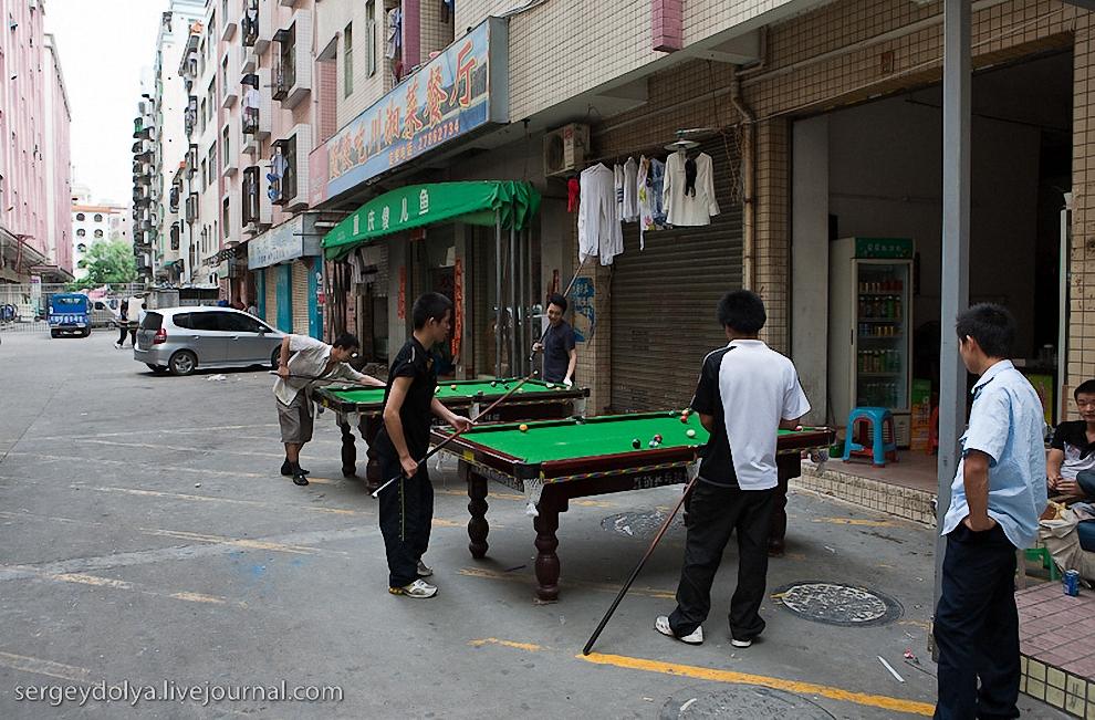54) На улице перед входом стоял бильярд.