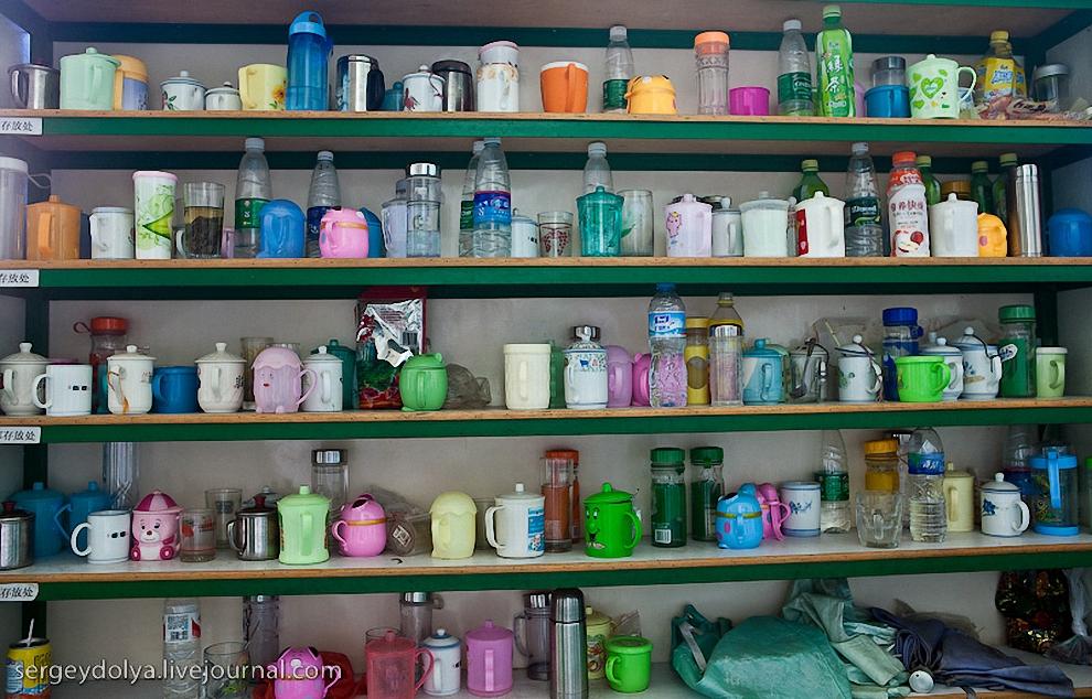 58) На каждом заводе перед входом стоит этажерка с личными чашками сотрудников.